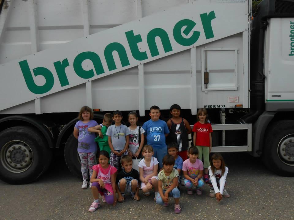 Брантнер - презентација рада возила у школском дворишту, заједничка фотографија