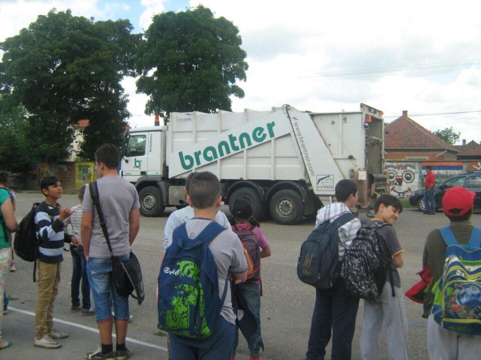 Брантнер - презентација рада возила у школском дворишту, ученици
