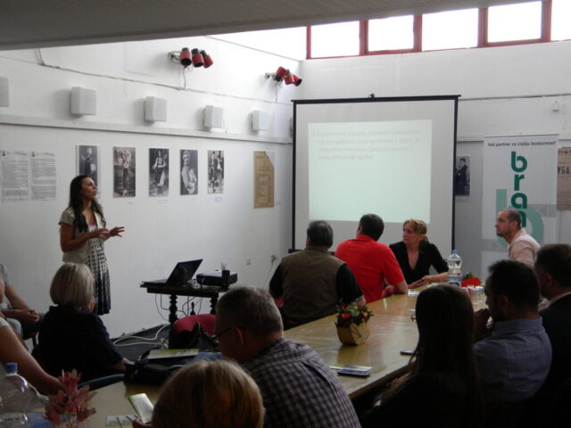 Завршен пројекат - изложба и дебата, радионица израде одевних предмета од папира