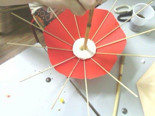 Радионице израде украсних предмета од материјала за рециклажу , сунцобран од папира и штапића