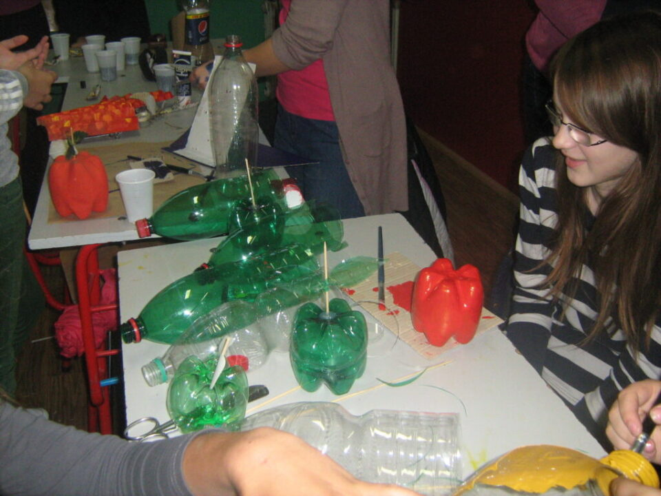 Радионице израде украсних предмета од материјала за рециклажу , воће од пластике