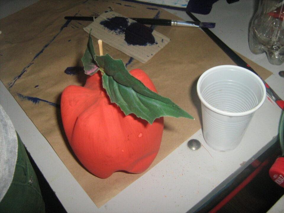 Радионице израде украсних предмета од материјала за рециклажу , пластична јабука