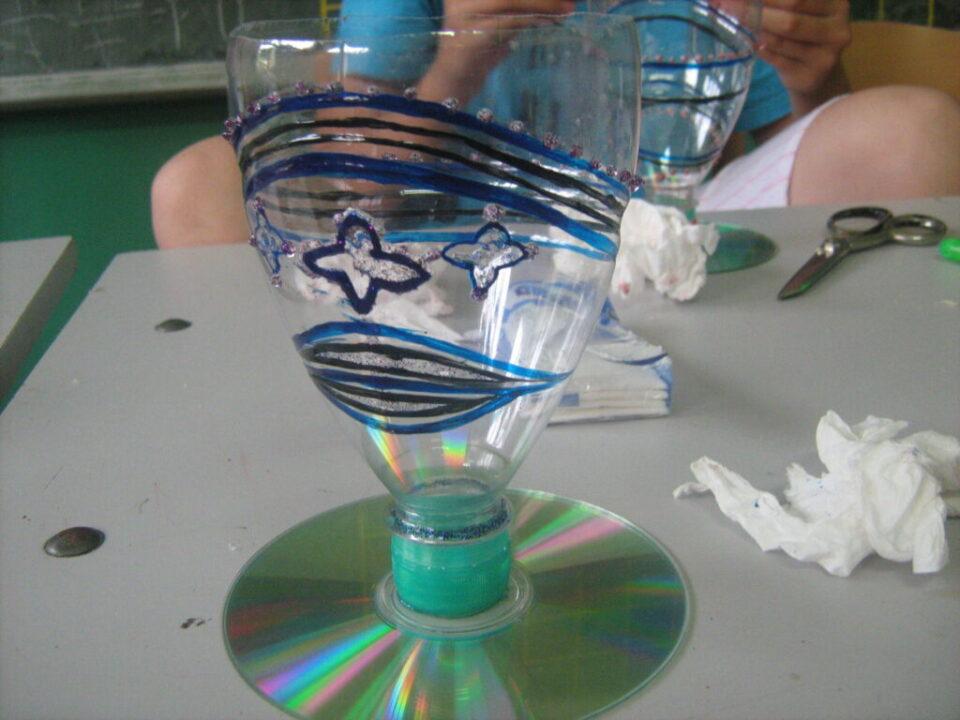 Радионице израде украсних предмета од материјала за рециклажу , чаша