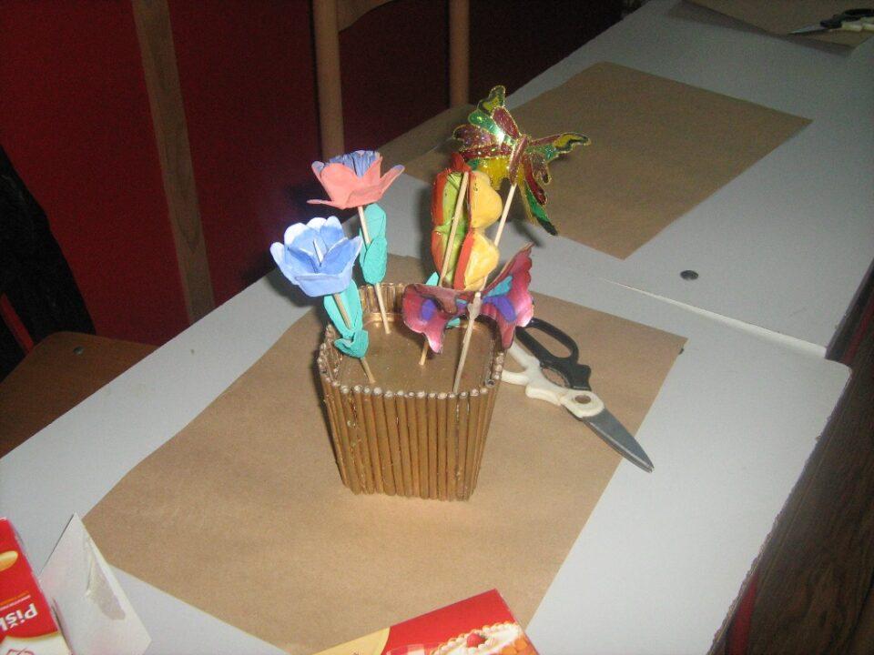 Радионице израде украсних предмета од материјала за рециклажу, саксија са цвећем